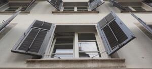 Offenes Fenster mit Fensterläden bei Kipplüftung / Dauerlüftung