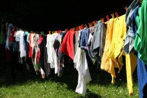 Wäsche auf der Wäscheleine welche im freien richtig lüften und trocknen kann